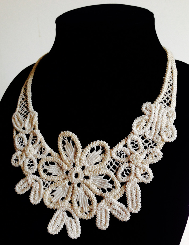 Romanian Point Lace Floral Necklace ecru 800px